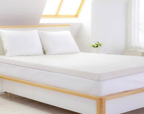 QUE ES UN TOPPER y para que sirve, Habitación blanca con cama