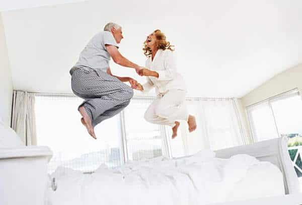 senior saltando sobre un colchón