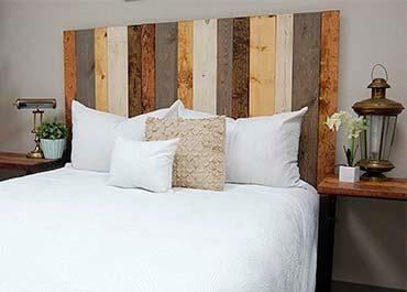 cabecero de cama artesanal con tablas verticales en colores