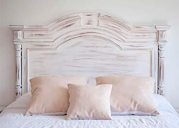 cabecera de cama clasica de madera desgastada en color blanco