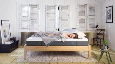 Dormitorio con chica sobre colchon emma visco